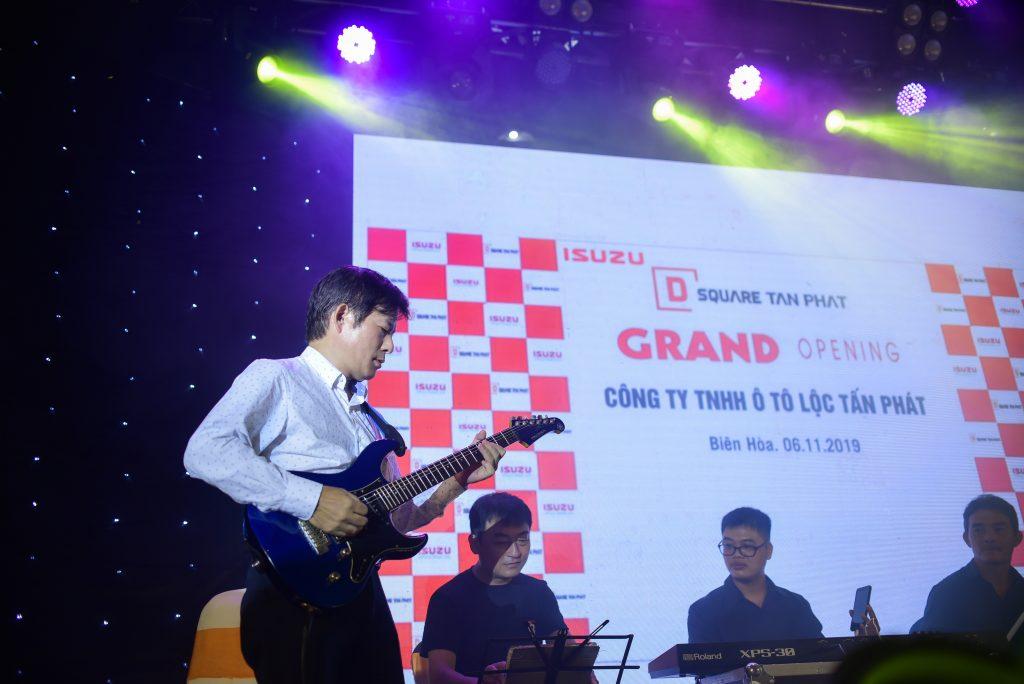 Ông DAISUKE YAMADA – Phó Tổng Giám Đốc Isuzu Việt Nam trình diễn Ghita tại sự kiện