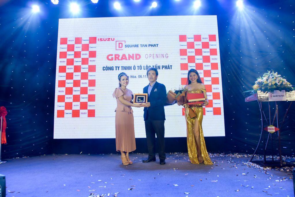 Bà Nguyễn Vũ Minh Thi - Giám đốc D-Square Tấn Phát tặng quà lưu niệm cho Tổng Giám Đốc Isuzu Việt Nam