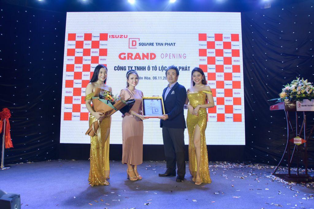 Tổng Giám đốc Isuzu Việt Nam trao chứng nhận Đại lý 3S cho D-Square Tấn Phát